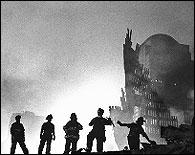 Bomberos entre las ruinas del WTC