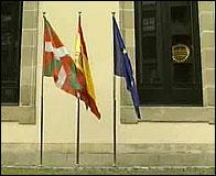 Las banderas vasca, española y europea en el Parlamento Vasco