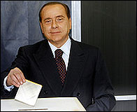 Silvio Berlusconi votando en una elecciones
