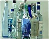 Varias botellas de agua mineral de marca