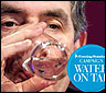Gordon Brown bebiendo un vaso de agua
