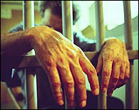 Un recluso tras los barrotes