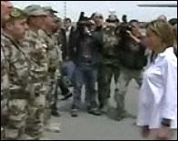 Carme Chacon pasando revista a las tropas por primera vez