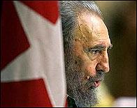 Fidel Castro ante una bandera de Cuba