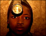 Un niño minero en Tanzania