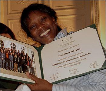 Fatou Janha con su diploma