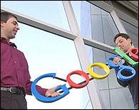 Segei Brin y Larry Page sujetando un logo de Google