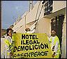 Activistas de Greenpeace pintan el hotel Algarrobico