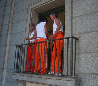 Activistas encadenados en el balcón del Ministerio