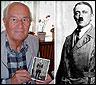 Rochus Misch con una foto de Hitler