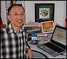 Hu Jia ante su ordenador portatil