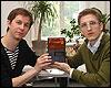 Dos investigadores con la impresora