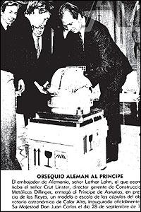 Foto de Lahn entregando un obsequio al Principe Felipe con el Rey