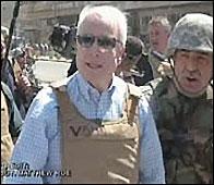 John McCain en su visita al mercado de Bagdad en 2007