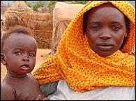 Una mujer y su hijo en un campo de Darfur