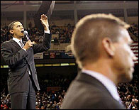 Un agente del Servicio Secreto delante de Obama
