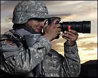 Un militar tomando fotos