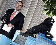 Rajoy entregando los 4 millones de firmas en el Congreso
