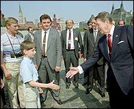 Reagan saludando a un niño y detrás ¿Putin?