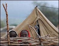 Dos niñas en un campo de refugiados de Chad