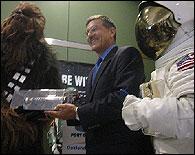 Chewbacca entrega el sable laser a la Nasa