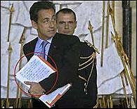 Foto de Sarkozy en la que se ve una carta privada