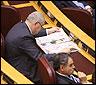 Un senador leyendo el periódico en un sesión de control al gobierno