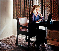 Shannen Rossmiller en el salón de su casa