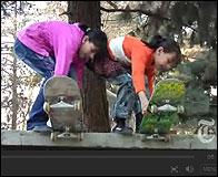 Dos niñas afganas con sus monopatines