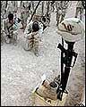 Soldados de EEUU ante un altar levantado por un compañero