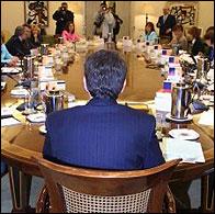 Zapatero de espaldas en un Consejo de Ministros