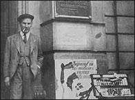 Lester Ziffren delante de su oficina en Madrid